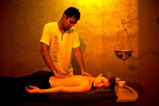 Celotelová masáž Abhyanga